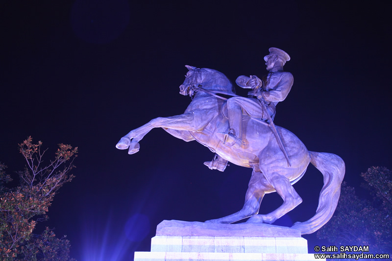 Ataturk Statue Photo Gallery 2 (Night) (Samsun)